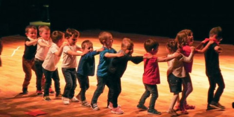 SAINT-RENAN : Notre-Dame de Liesse. Un spectacle en breton avec une centaine d'élèves