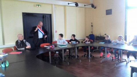 PLOUVORN - École. Les CM de la classe bilingue à la découverte des institutions