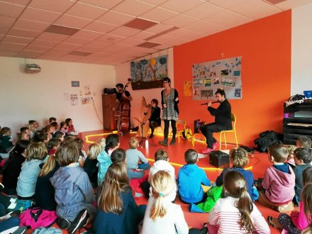 PLESCOP - École Sainte-Anne. Les bilingues à un spectacle musical