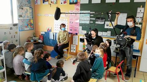 PLOUARZEL - La télévision s'invite dans la classe des CP bilingues d'Hélène Cloarec, à l'école Arzmael