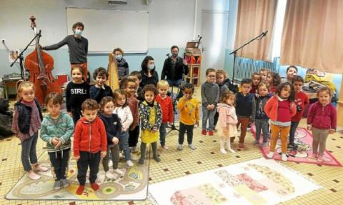 SAINT-AVE - Les maternelles de l'école Notre-Dame, enregistrent un chant en breton